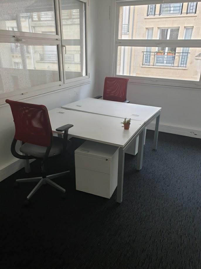 Bureau complet composé d'un bureau, un fauteuil ergonomique et un caisson